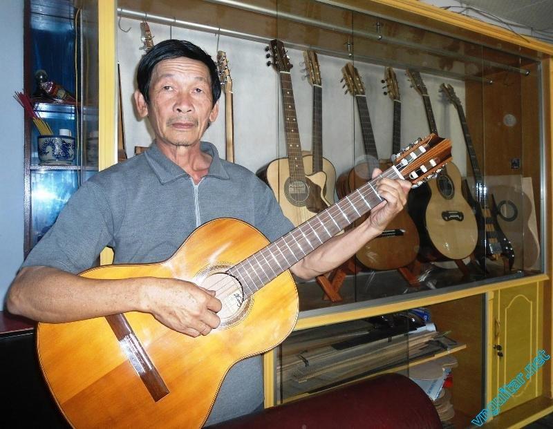 Anh Huynh Kim Hoang voi cay dan guitar du lich vua hoan thanh (1).JPG