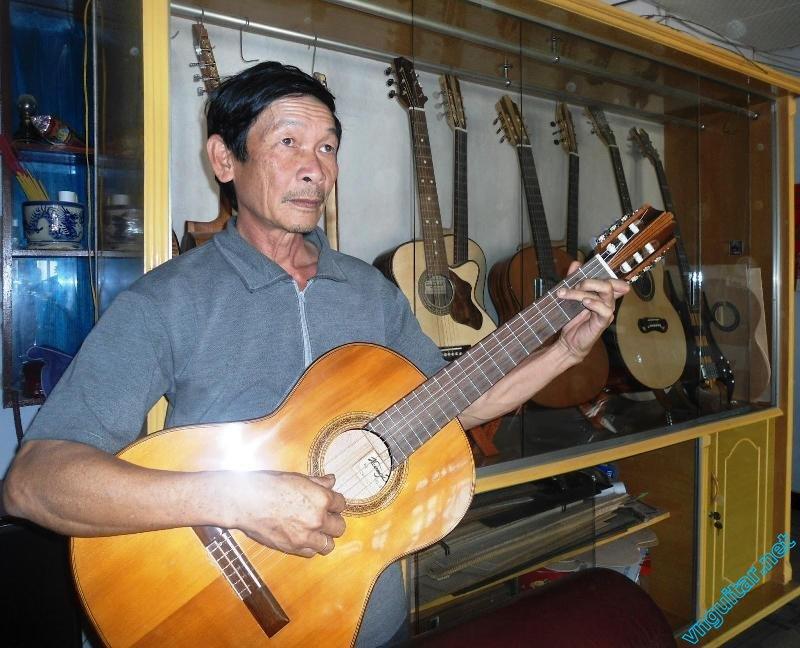 Anh Huynh Kim Hoang voi cay dan guitar du lich vua hoan thanh (2).JPG